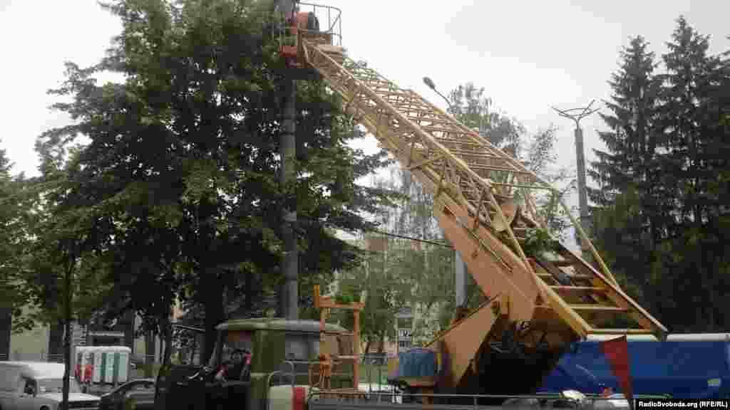 Робітники монтують ліхтарі неподалік стадіону «Металіст»