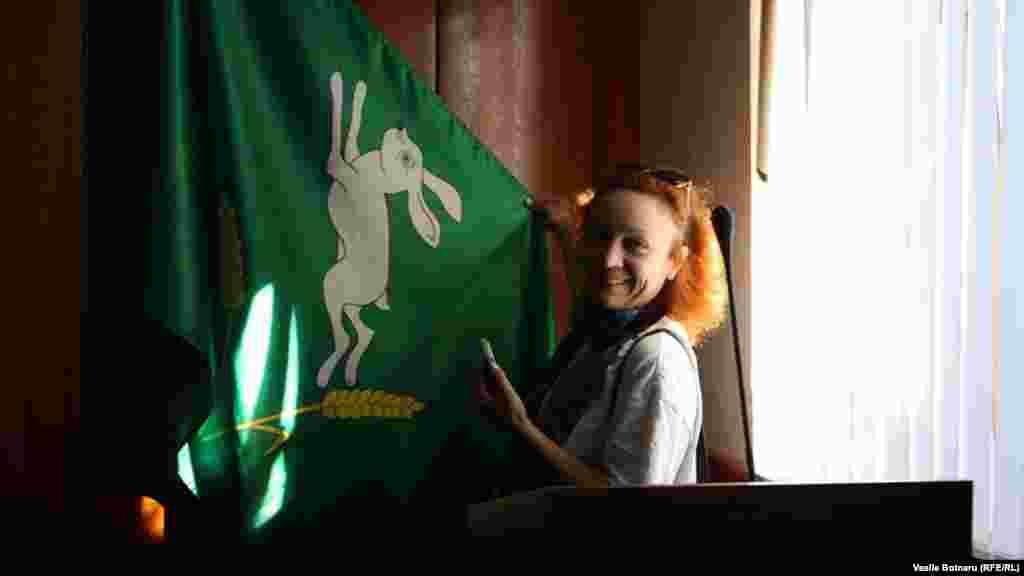 """Iulia Mihailov și """"șoldanul"""" - puiul de iepure simbol al orașului Șoldănești"""