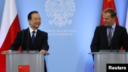 Polish Prime Minister Donald Tusk (right) and his Chinese counterpart, Wen Jiabao, hold a joint press conference in Warsaw on April 25.