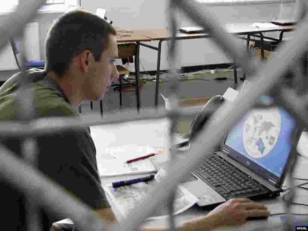 სწავლების ერთ-ერთი მონაწილე კომპიუტერთან - ნატოს სამეთაურო-საშტაბო წვრთნა ვაზიანში