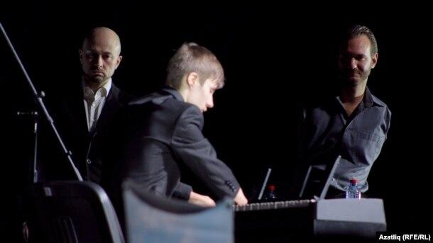 Ник Вуйчич һәм бармаксыз пианист Алексей Романов