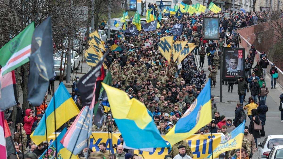 День добровольца. В Киеве состоялся марш к Офису президента с требованием «Нет капитуляции!» – фоторепортаж