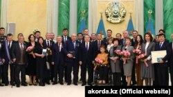 Президент Казахстана Нурсултан Назарбаев (в центре) с обладателями государственных наград, включая его младшую дочь Алию (пятая справа от Назарбаева). Астана, 14 декабря 2018 года.