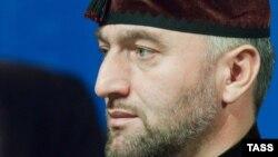 Муштлашган депутатлардан бири Адам Делимхонов Чеченистон президентининг қариндошидир.