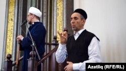 Әһдәм Юмагулов ишетмәүчеләргә җомга вәгазен тәрҗемә итә