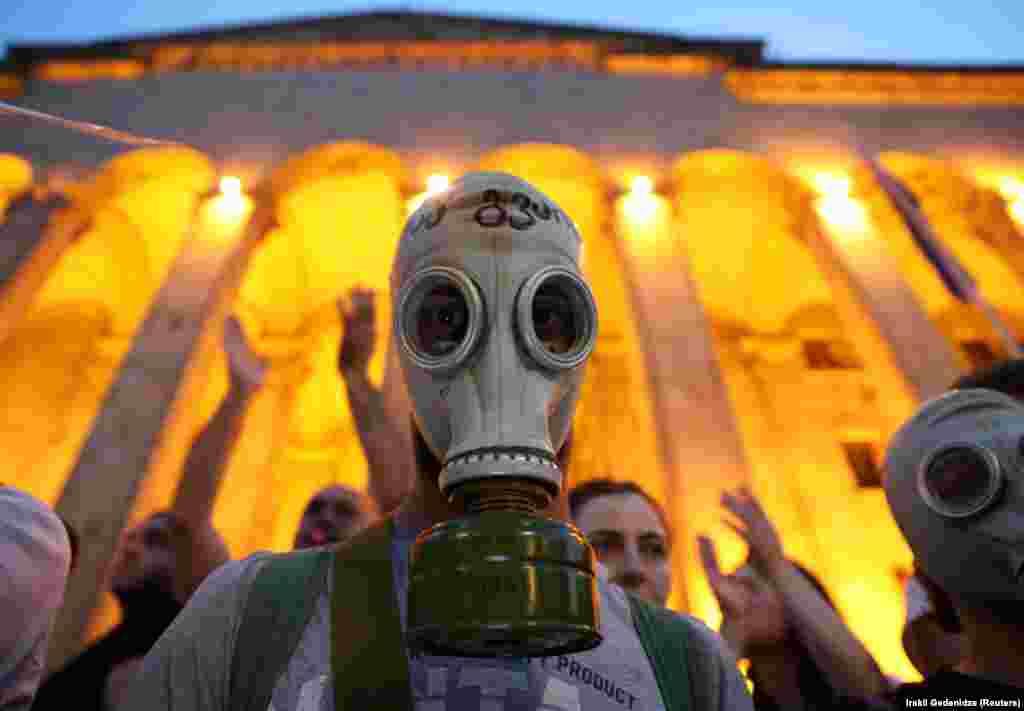 Удзельнік антырасейскага пратэсту перад грузінскім парлямэнтам, Тбілісі 22 чэрвеня.