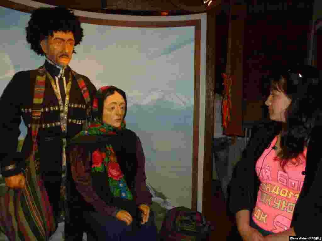 Музейді көруге келген Вера Миходенко депортация залындағы мүсінге қарап тұр. Музейдегі экспонаттың бірі - Кавказ тұрғынының мүсіні. Кавказ тұрғындары Қазақстанға басқа этнос өкілдерімен бірге жер аударылған. Қарағанды облысы, Долинка ауылы, 18 мамыр 2013 жыл.
