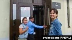 Тацяну Шапуцьку (10 сутак арышту) і Юлію Міхайлаву (таксама 10 сутак арышту) вядуць на суд