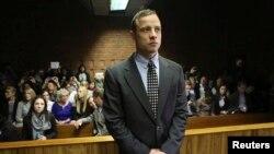 Oscar Pistorius para gjykatës në Pretoria, 4 qershor 2013.