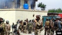 Forcat e sigurisë afgane i marrin pozicionet pas një sulmi të mëhershëm të talibanëve