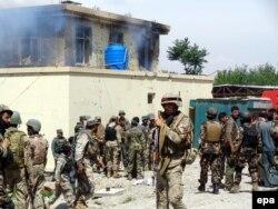 Здание суда, подвергшееся атаке талибов в центре Джелалабада. 12 мая