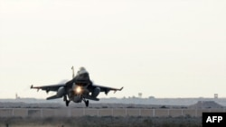 """Египетский боевой самолет, возвращающийся на базу после бомбардировок позиций группировки """"Исламское государство"""" в Ливии"""