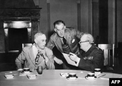 Президент США Франклін Рузвельт (л), його секретар Стів Ерлі, (ц) розмовляють з прем'єр-міністром Великої Британії Вінстоном Черчиллем (п), 04 лютого 1945, року під час конференції в Ялті
