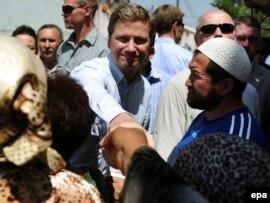 ЕҚЫҰ-ның Бішкек кездесуі кезінде Германия сыртқы істер министрі  Гидо Вестервелле Ош тұрғындарымен кездесіп тұр. 16 шілде 2010 жыл