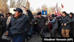 Милиция разгоняет митинг сторонников Садыра Жапарова.