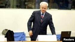 Бывший президент Югославии Слободан Милошевич в Гаагском суде. 31 августа 2004 года.