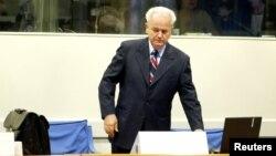 Бывший президент Югославии Слободан Милошевич в Гаагском трибунале. 31 августа 2004 года.