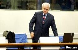 Югославияның бұрынғы президенті Слободан Милошевич әскери қылмыстар трибуналында тұр. Нидерланд,Гаага, 31 тамыз 2004 жыл.