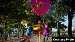 Акция в поддержку Pussy Riot в Париже