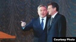 Қазақстан президенті Нұрсұлтан Назарбаев пен Виктор Храпунов. 2000 жыл.