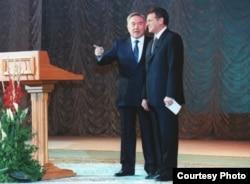 Қазақстан президенті Нұрсұлтан Назарбаев (сол жақта) пен сол кезде басшылық қызметте болған Виктор Храпунов. 2000 жыл.