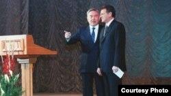 Президент Нұрсұлтан Назарбаев (сол жақта) пен Виктор Храпунов. 2000 жыл.