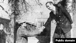 شاپور بختیار در لحظه خروج از دفتر نخستوزیری در روز ۲۲ بهمن سال ۵۷