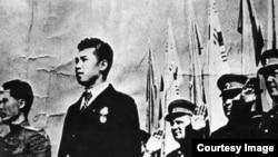 Ким Ир Сен и советские советники. Позже с этой фотографии, хранящейся в Музее революции в Пхеньяне, исчезли и советники, и флаги, напоминающие современные флаги Южной Кореи, и даже советский орден Трудового Красного Знамени