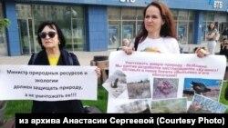 Анастасия Сергеева (справа) на пикете против песчаного карьера в Новосибирске