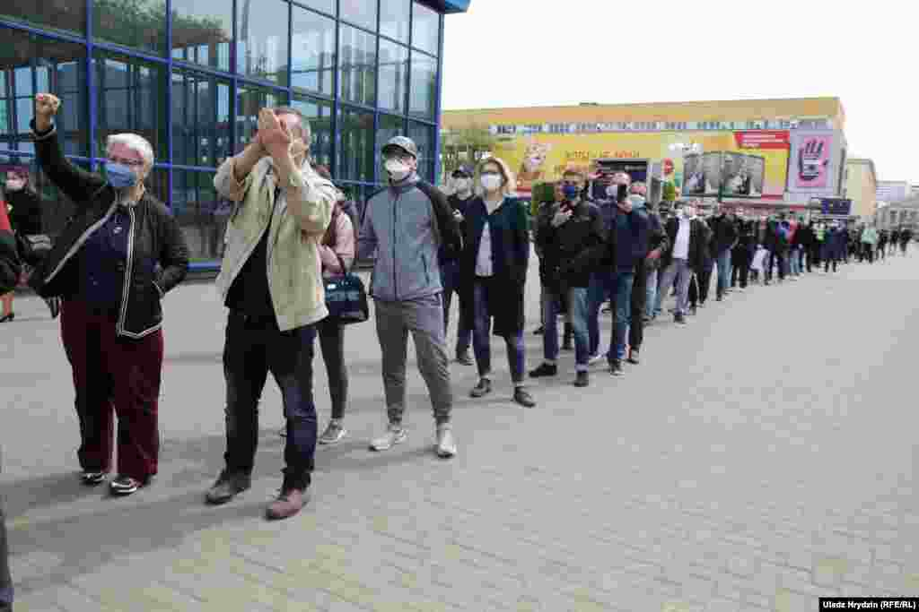 Участники акции ждут, чтобы выразить свою поддержку кандидатам от оппозиции на предстоящих президентских выборах. Ограничение по количеству президентских сроковв Беларуси было отменено на референдуме в 2004 году