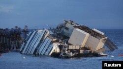 """Anija e bllokuar në shkëmbinj nënujor, """"Costa Concordia"""""""