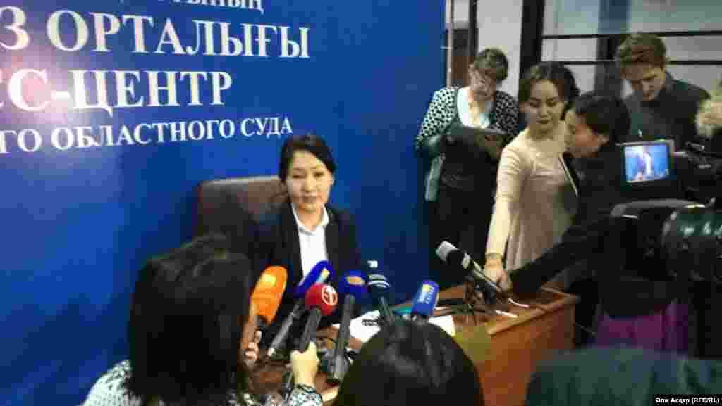 Пресс-секретарь Актюбинского областного суда Илиада Досова на брифинге в Актобе сообщила, что подсудимых доставили в суд под охраной за два часа до начала судебных слушаний.