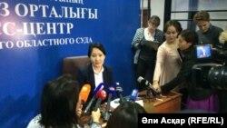 Пресс-секретарь Актюбинского областного суда Илиада Досова на брифинге перед началом слушаний по делу о нападениях в городе Актобе 5 июня. Актобе, 18 октября 2016 года.