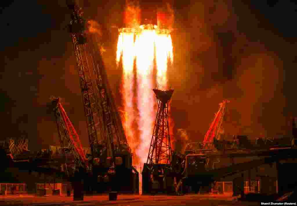 Soýuz MS-11 kosmos hemrasy kanadaly Daýwid Saint-Jaky, orsýetli Oleg Kononenkony we ABŞ-ly Anne MakKlainy Gazagystandaky Baýkonur kosmodromyndan Halkara kosmos stansiýasyna alyp barýar. 3-nji dekabr. (Reuters/Shamil Zhumatov)