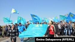 Несколько тысяч крымских татар направились встречать в Армянске Мустафу Джемилева, которому оккупационные российские власти запретили въезд в Крым, 3 мая 2014 года