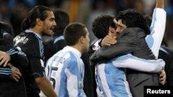 Главный тренер сборной Аргентины Диего Марадона со своими футболистами празднует выход в четвертьфинал чемпионата мира
