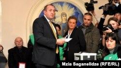 """Кандидат от правящей партии """"Грузинская мечта"""" Георгий Маргвелашвили голосует на президентских выборах. Тбилиси, 27 октября 2013 года."""