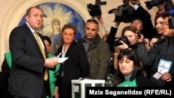 """Грузия арманы"" партиясынан президенттікке үміткер Георгий Маргвелашвили (сол жақ шетте) сайлауда дауыс беріп тұр. Тбилиси, 27 қазан 2013 жыл."