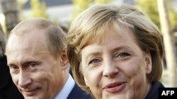 آنگلا مرکل، صدر اعظم آلمان، ولادیمیر پوتین درباره برنامه هسته ای ایران گفت وگو می کند عکس ازAFP