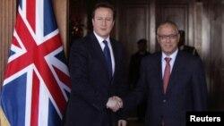 Британскиот премиер Дејвид Камерон на средба со неговиот либиски колега Али Зеидан во Триполи.