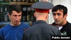 Мигранты из Таджикистана и сотрудник российской полиции
