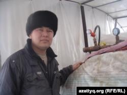 Máshol is használnak biogázt – például Kazahsztánban. Dauletkhan Sojtanov farmer, az aktöbei régióban található Silikti falu egyik gazdája saját maga fejlesztett ki egy biogáz-előállítót melegháza fűtésére