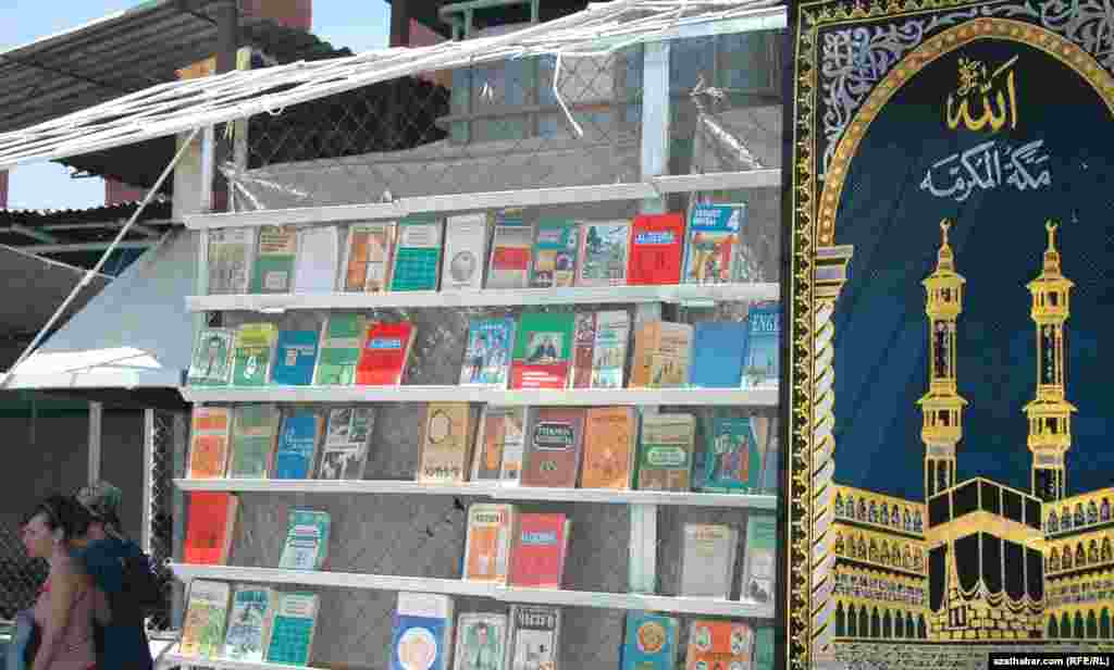Paýtagt bazarynda kitap we dürli plakatlary satýan bir dükan