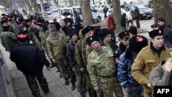 Voluntari pro-ruși în fața clădirii Parlamentului de la Simferopol, Crimeea, 6 martie 2014.