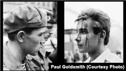 """Прага 50 лет назад. Советский солдат и чешский юноша. """"Двойной портрет"""". Фото: Пол Голдсмит, 21 августа 1968 года."""