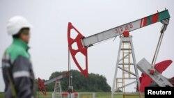 Рабочий у станка-качалки на месторождении Бузовязовское нефтяной компании Башнефть.