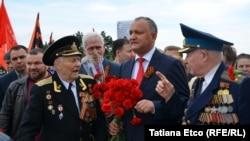 Igor Dodon (në mes të dy ushtarakëve).