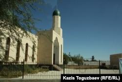 Мечеть на фоне тюремной сторожевой вышки. Поселок Заречный Алматинской области, 12 сентября 2014 года.