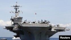 Anija amerikane e ankoruar në portin e Manilës në Filipine