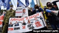 Учасники акції в центрі Києва, 24 травня 2020 року